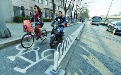 西三环北路上的自行车道增加了护栏 摄/记者 郭谦