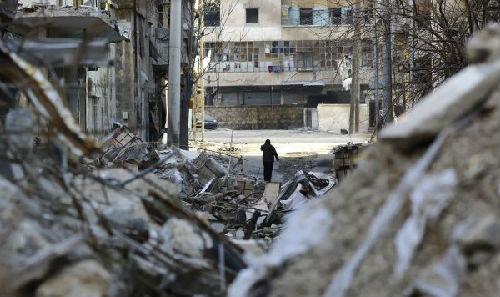 1月21日,在叙利亚北部城市阿勒颇,一名男子在建筑物废墟间行走。(新华社/法新社)