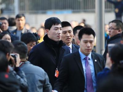 实拍:刘翔现身两会遭媒体围堵 身姿依然矫健