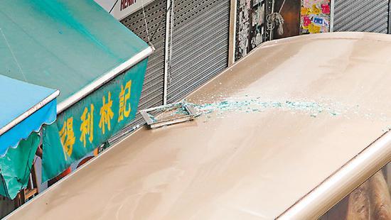 大南街飞窗击中巴士,损毁铝窗遗在巴士顶。刘友光 摄