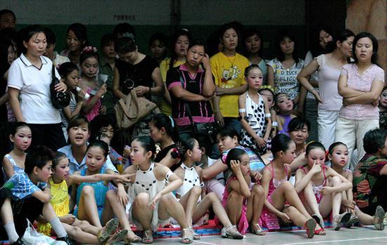 许多孩子的暑假假期被各种训练班、补习班占得满满当当。图为河南省许昌市一舞蹈培训班上拍摄到的画面。视觉中国供图(资料图片)