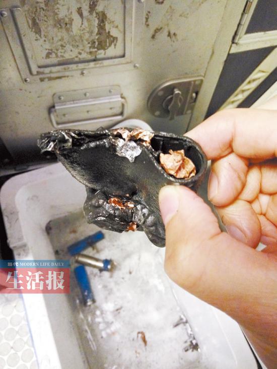 充电宝在飞机上冒烟起火