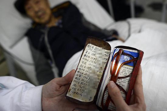 老人眼镜盒里的通讯录,除了至亲,还有田医生。