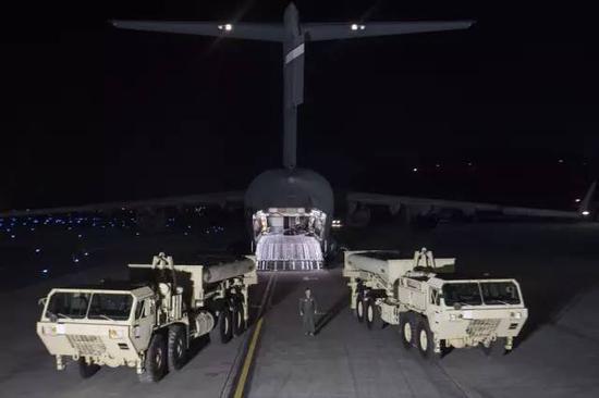 """3月6日晚,""""萨德""""系统部分装备运抵韩国。新华社发"""