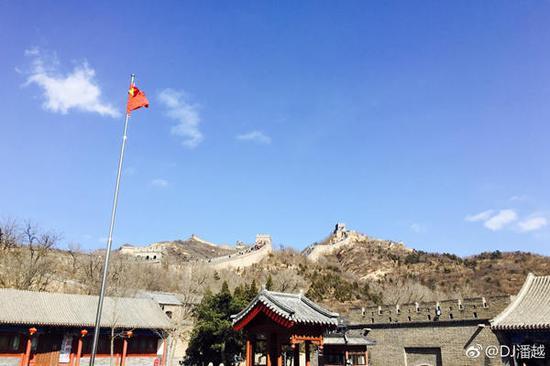 昨天,北京天气晴好,但在北风吹袭下让人感觉稍有寒冷。(图片来源:新浪微博)