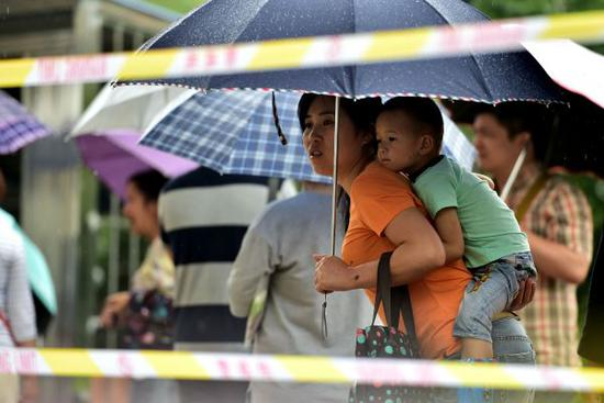 资料图片:家长们在排队等候幼儿园抽签摇号。 新华社记者刘军喜摄