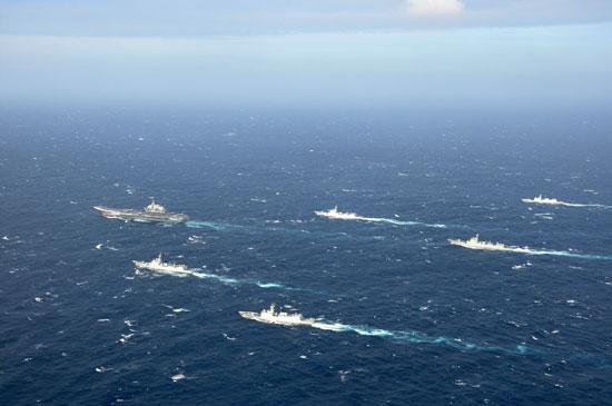 2016年12月26日,执行跨海区训练任务的中国海军辽宁舰航母编队。视觉中国供图(资料图片)