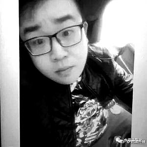 通缉令   贾力,男,26岁,北京大兴人,偏胖,身高1.85米至1.9米,现因贩毒和妨害公务,已被警方通缉,逃跑时驾驶一辆黑色奥迪Q7。如有知情者,请速与警方联系,联系电话:13910179806,联系人:李警官。