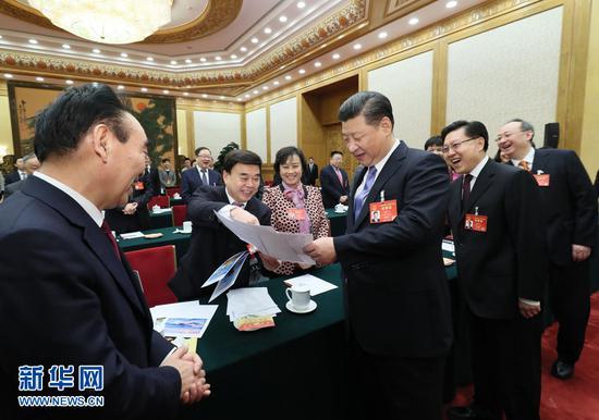2017年3月8日,中共中央总书记、国家主席、中央军委主席习近平参加十二届全国人大五次会议四川代表团的审议。这是习近平同代表亲切交流。新华社记者 兰红光 摄