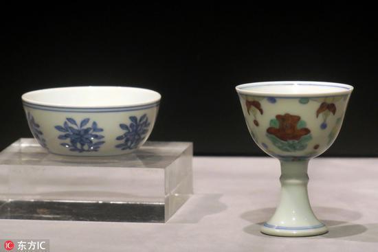 明成化青花折枝花卉纹卧足杯(左)和明成化斗彩月季花高足杯