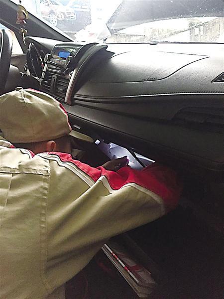 维修人员在拆车子的空调滤清器 受访者供图
