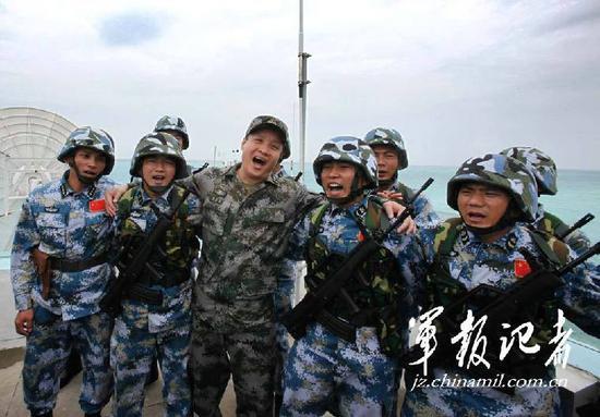 阎维文下部队为兵服务。