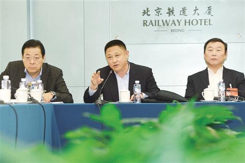 3月9日,全国政协经济界别举行小组会议,胡克勤委员(中)在发言中提出,要加快产城融合步伐,推动新型城镇化发展。 高兴贵摄