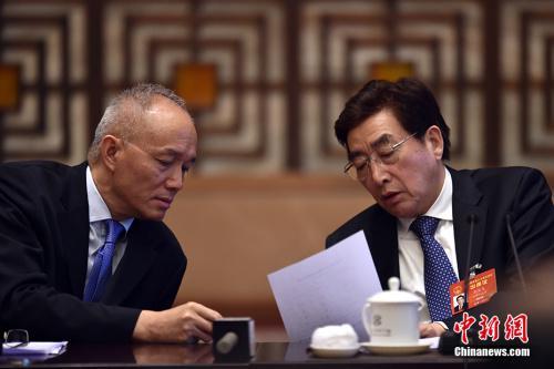 3月6日,十二届全国人大五次会议北京代表团举行全体会议。图为北京市委书记郭金龙(右)和北京市长蔡奇交谈。 中新社记者 金硕 摄
