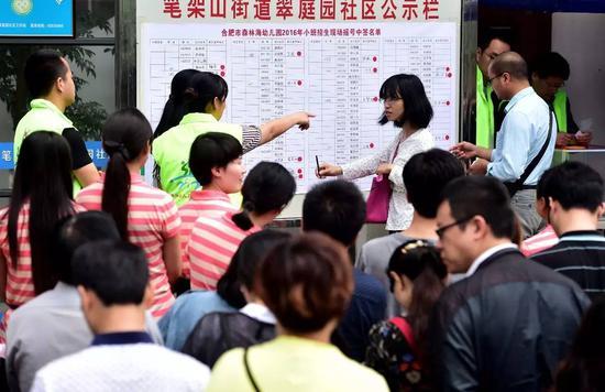2016年6月8日,经合肥森林海幼儿园前期资格审查合格的家长们在等候抽签摇号结果。 新华社记者刘军喜摄