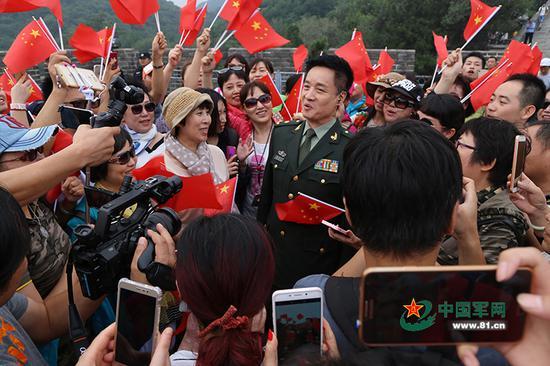 2016年国庆,阎维文在长城参加军歌快闪活动。