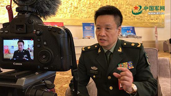 阎维文接受军报两会融媒体记者专访。邓雄飞摄