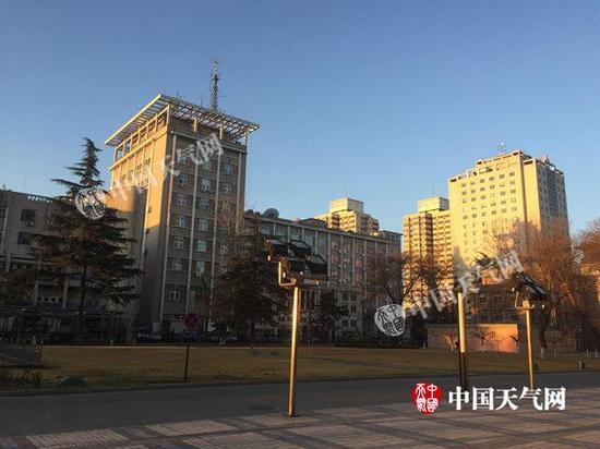 今晨,北京蓝天依旧。