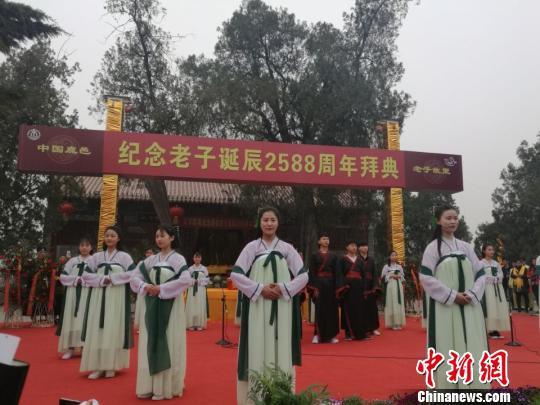 图为公祭现场,礼宾人士齐颂《道德经》。 刘鹏 摄
