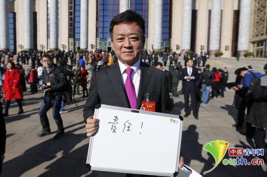"""全国政协委员、著名主持人朱军用""""责任""""二字诠释了自己的五年履职感受。中国青年网记者李拓摄"""