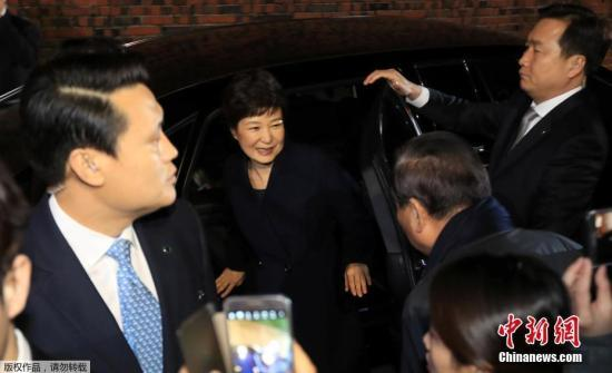 该相关人士表示,将以犯罪嫌疑人的身份对朴槿惠进行调查。