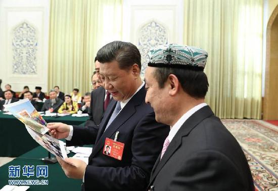 习近平参加新疆代表团审议。新华社记者 马占成 摄