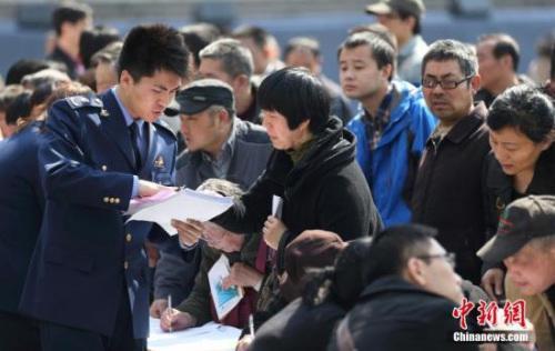 资料图:3月15日,南京市民向工作人员进行咨询投诉。中新社发 泱波 摄