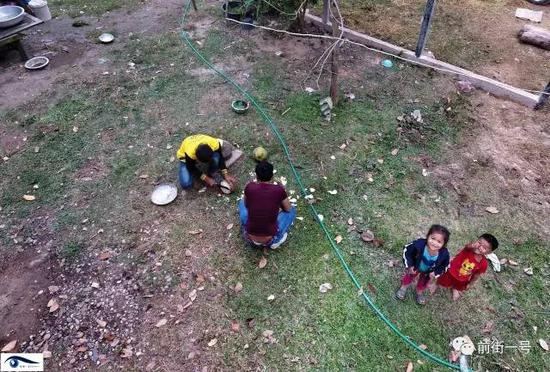阿笋的弟弟在给向杰和记者砍椰子。