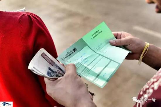 向杰和妻子阿笋在银行兑换老挝币。