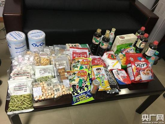 执法部门查获的部分涉嫌来自日本核辐射区的食品,而这些,在国内都可以通过网购顺利买到