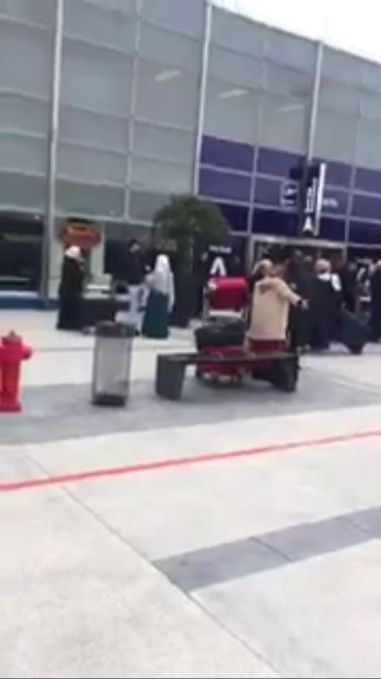 图为现场乘客疏散现场(来自RT视频截图)
