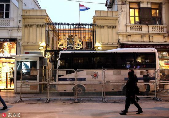 """当地时间2017年3月11日,土耳其伊斯坦布尔,在荷兰拒绝土外长班机降落之后,土耳其以""""安全原因""""封锁了荷兰驻安卡拉大使馆及驻伊斯坦布尔领事馆。"""