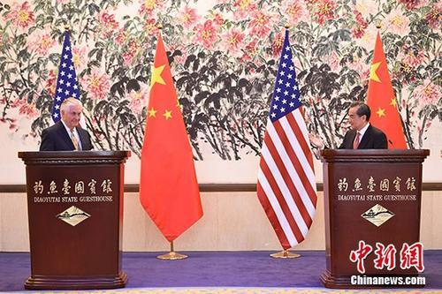 3月18日,中外洋交部部长王毅(右)在北京与来访的美国国务卿蒂勒森举行谈判,会后双方配合会见中外记者。 中新社记者 侯宇 摄