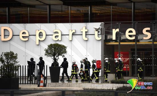 当地时间2017年3月18日,法国巴黎,一名男子在奥利机场抢夺一名士兵的枪被安全部队射杀。目击者称枪击事件发生后,机场紧急撤离了所有人员。内政部门表示无人在此次事故中受伤。图片作者:视觉中国