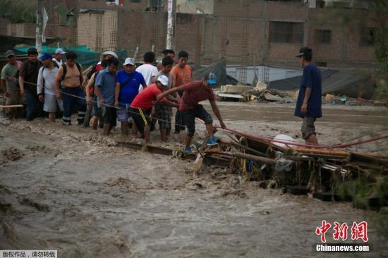 利马Huachipa区的民众在洪水中艰难出行。秘鲁总统库琴斯基在当地时间17日下午发表的声明中称,秘鲁遭遇了严重的气候问题,自1998年以来,该国没有遭遇过此等强度的气候灾难。