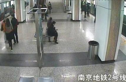 """女子地铁遭遇""""咸猪手"""" 一路追到男厕堵门抓人"""