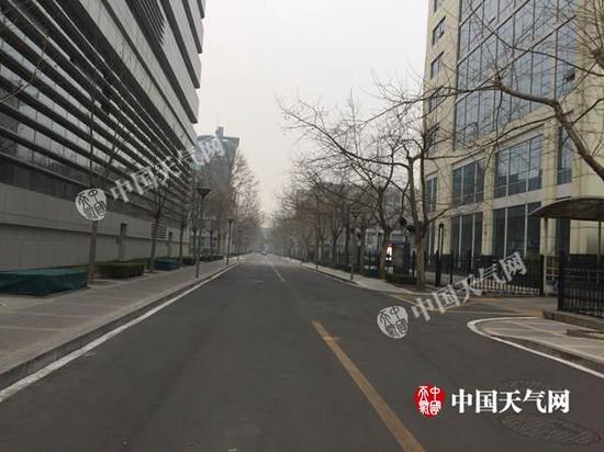 今晨,北京能见度不佳。(张永宁 摄)