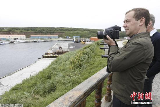 资料图:当地时间2015年8月22日,俄罗斯总理梅德韦杰夫登上南千岛群岛(日称北方四岛)中的择捉岛进行工作视察。