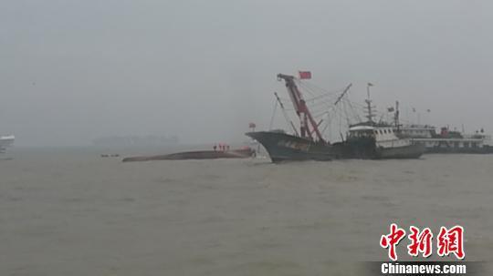 图为救济现场。舟山市大陆与渔业局供给