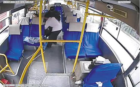 117路公交车送乘客就医视频截图