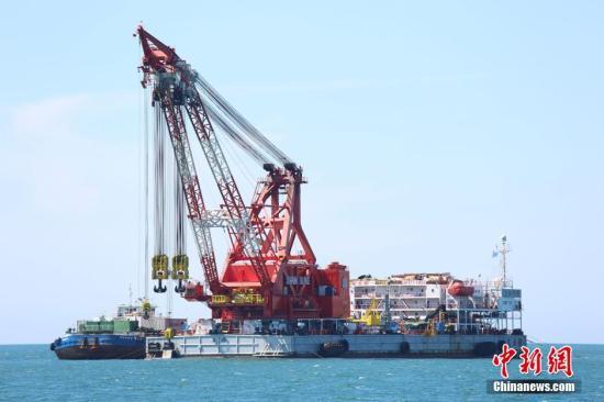 """资料图:上海打捞局""""大力号""""作为""""世越号""""打捞工程第一阶段工作母船在沉船上方进行作业。 中新社记者 申海 摄"""