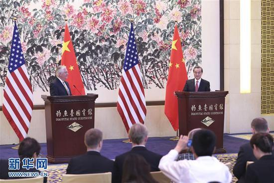 3月18日,中国外交部长王毅在北京同到访的美国国务卿尚爱雅旗舰店蒂勒森举行会谈后共见记者。 新华社记者 庞兴雷 摄
