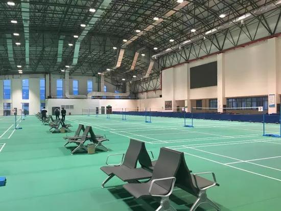 (华西村投资建设的文体中心,羽毛球馆、篮球馆、健身房、电影院等一应俱全。)