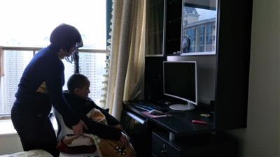 蔡雪群为患上罕见病DMD的儿子浩浩打开电脑