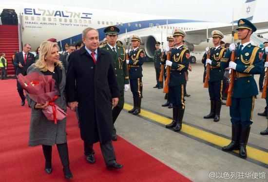 ▲3月19日下午,以色列总理本雅明·内塔尼亚胡与夫人顺利抵达北京首都国际机场,开始对中国为期四天的正式访问。来源:以色列驻华使馆。
