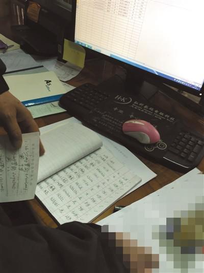 3月10日,广东韶关新丰县殡仪馆内,事情职员拿出挂号册搜检练溪托养中间的去世纪录。新京报记者 刘子珩 摄