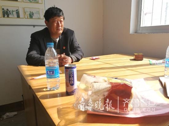 村民找孩子找累了,就在村委会啃面包,喝矿泉水 本报记者钟建军摄