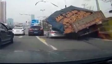 监拍拉砖车侧翻 身旁小车瞬间被埋