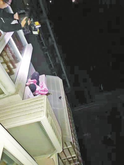 """""""老赖""""藏身5楼空调外机放置平台,十分危险。"""