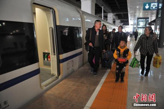 资料图:旅客进入昆明南站乘坐高铁。中新社记者 任东 摄